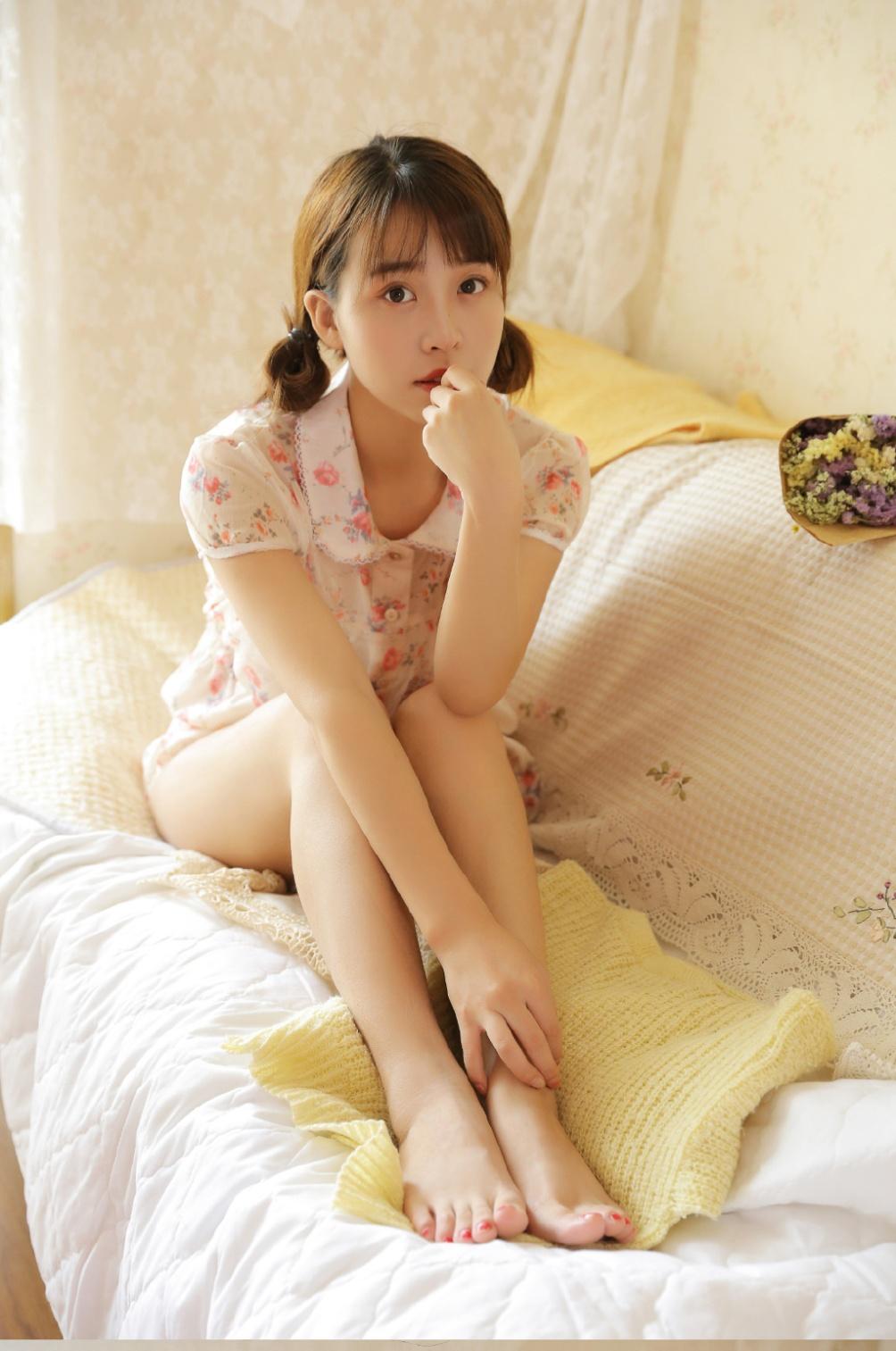 学生妹床上粉嫩美腿诱惑私拍照片