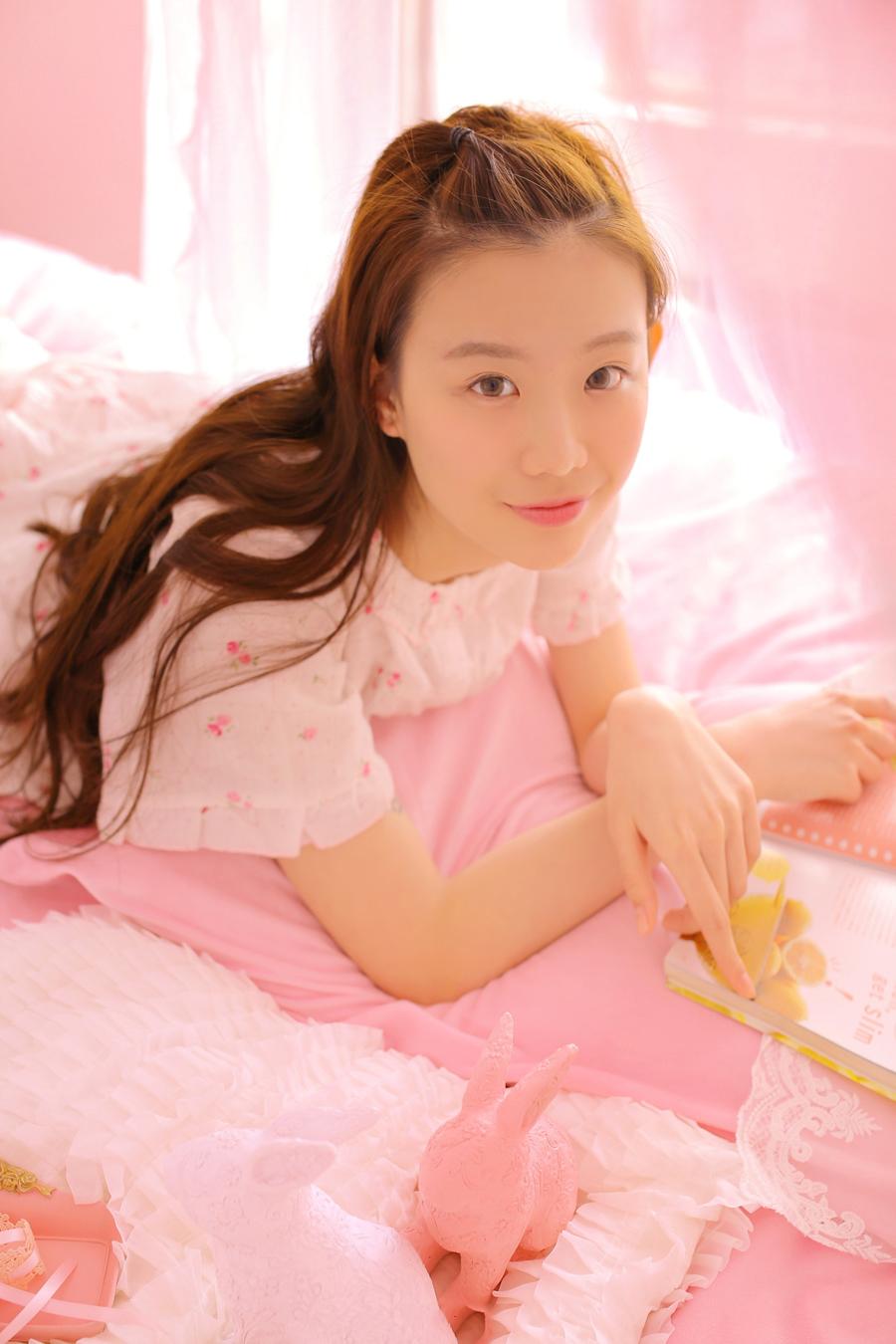清纯可爱少女粉色睡衣写真,大大的眼睛、清澈的眼神